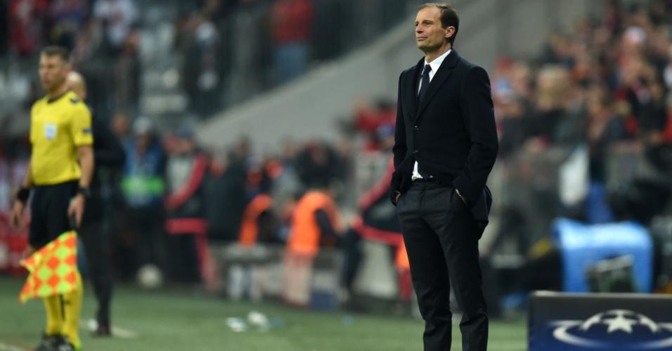 Massimiliano Allegri observa desolado o desempenho da Juventus após virada do Bayern na Liga dos Campeões