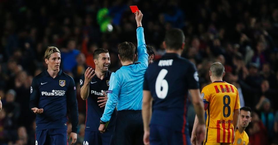 Fernando Torres é expulso após falta em Busquets