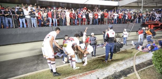 Jogadores do São Paulo ajudam os torcedores que caíram após grade do Morumbi ceder