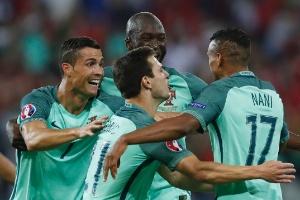 a529daff5d Jogadores de Portugal comemoram gol em jogo contra o País de Gales