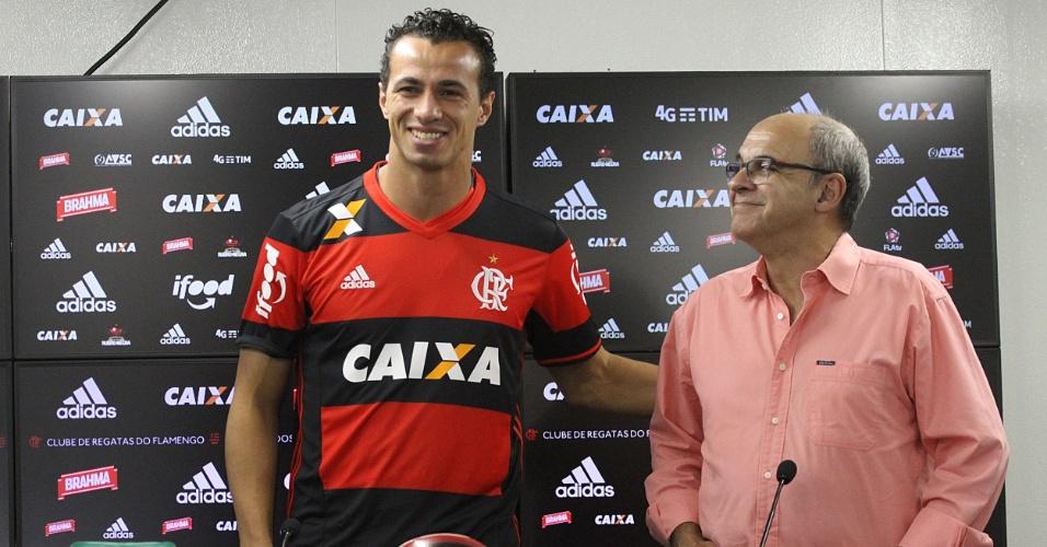 Leandro Damião é apresentado pelo Flamengo ao lado do presidente Bandeira de Mello