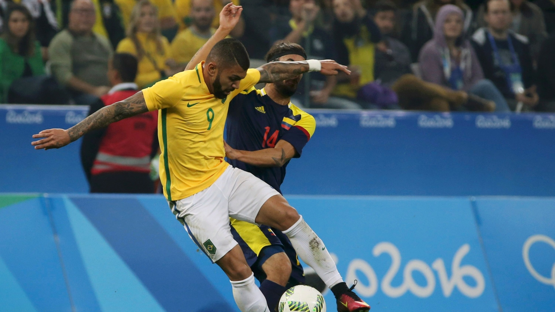 Vencendo por 1 a 0, Gabriel sofre na marcação de Sebastian Perez, da Colômbia