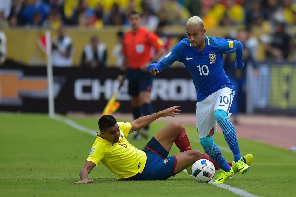 Neymar deixa marcador no chão no duelo do Brasil contra o Equador pelas Eliminatórias da Copa