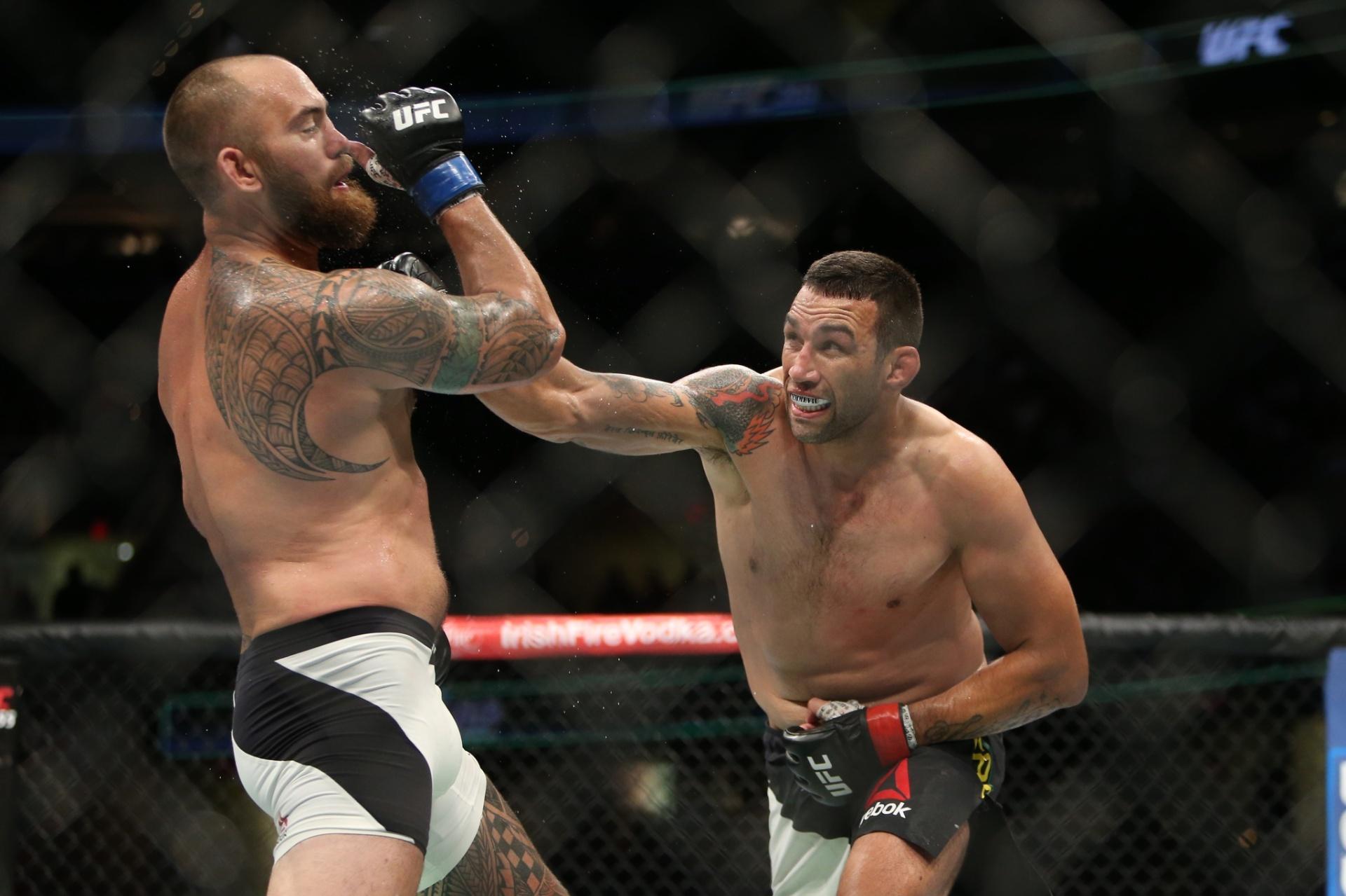 Werdum conecta soco em Travis Browne no UFC 203