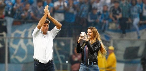 Renato Gaúcho comemora vaga na final ao lado da filha Carol Portaluppi no gramado da Arena Grêmio