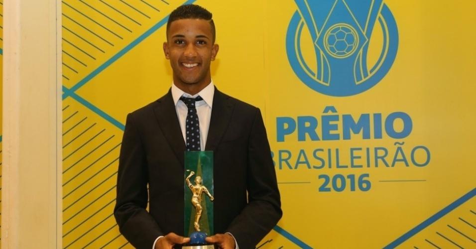 Jorge, do Flamengo, recebeu o prêmio de melhor lateral-esquerdo do Campeonato Brasileiro