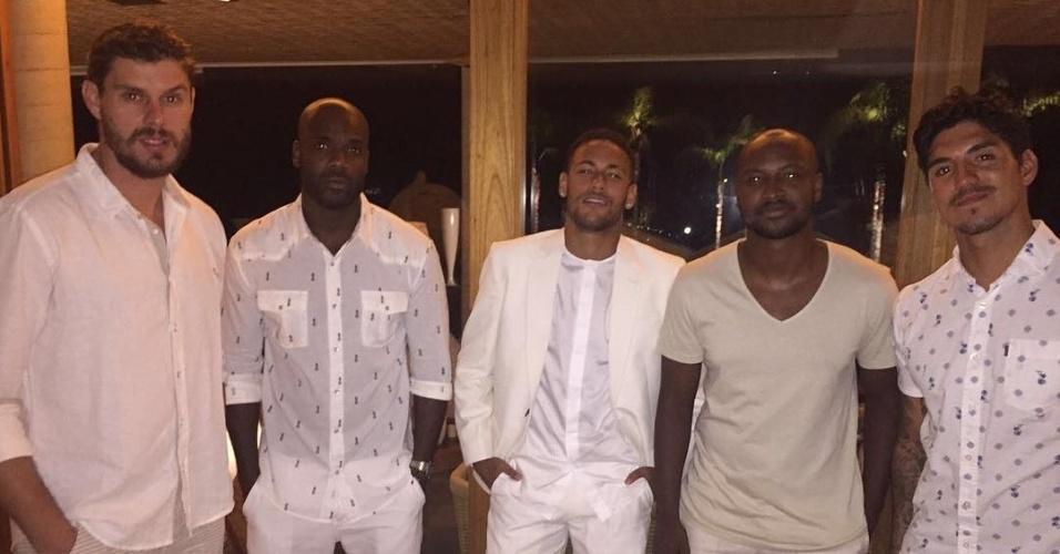 Neymar, Bruninho e Gabriel Medina passaram a virada de ano juntos; o cantor Thiaguinho e o ator Rafael Zulu também estavam na turma
