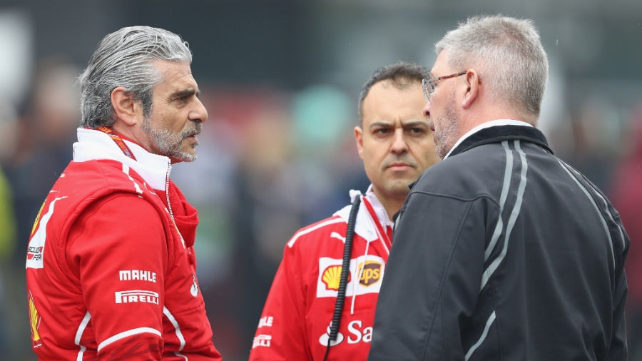 Chefe da Ferrari, Maurizio Arrivabene, conversa com Ross Brawn na China - Clive Mason/Getty Images
