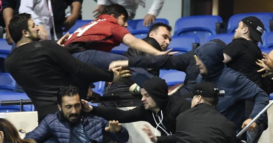 Torcedores brigam em tumulto nas arquibancadas antes da partida entre Lyon e Besiktas