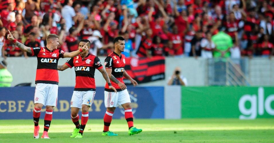 Matheus Sávio (à esquerda) comemora o primeiro gol do Flamengo e também do Brasileiro-2017