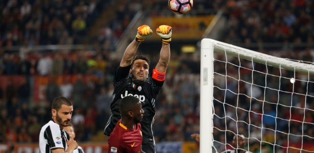 Buffon em ação contra a Roma no Campeonato Italiano. Goleiro deve jogar decisão