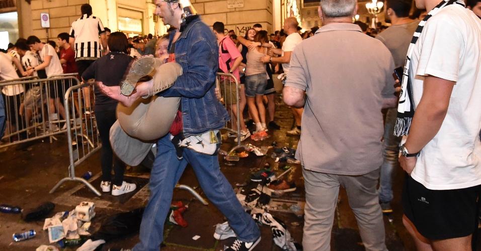 Torcedor fica ferido após pânico entre a torcida da Juventus na praça São Carlo, em Turim