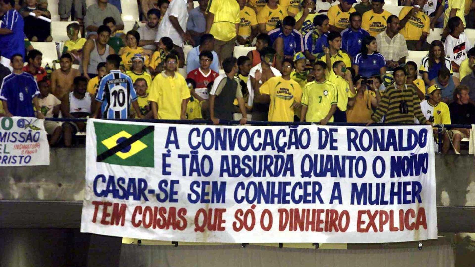 Protesto da torcida contra a convocação de Ronaldo em 2002, em Fortaleza, no último amistoso da seleção no Brasil antes da Copa