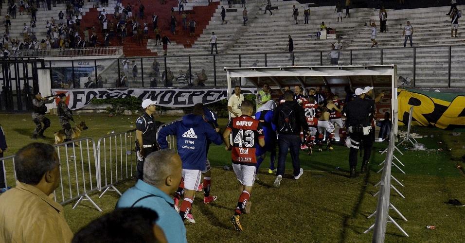 Léo Duarte corre para fugir da confusão durante a partida entre Flamengo e Vasco