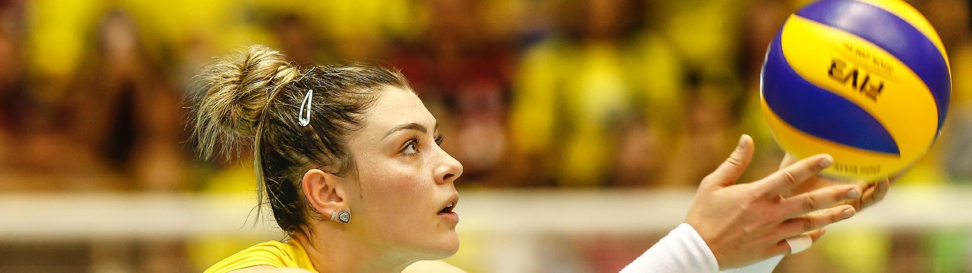 Rosamaria se prepara para sacar durante partida contra os EUA