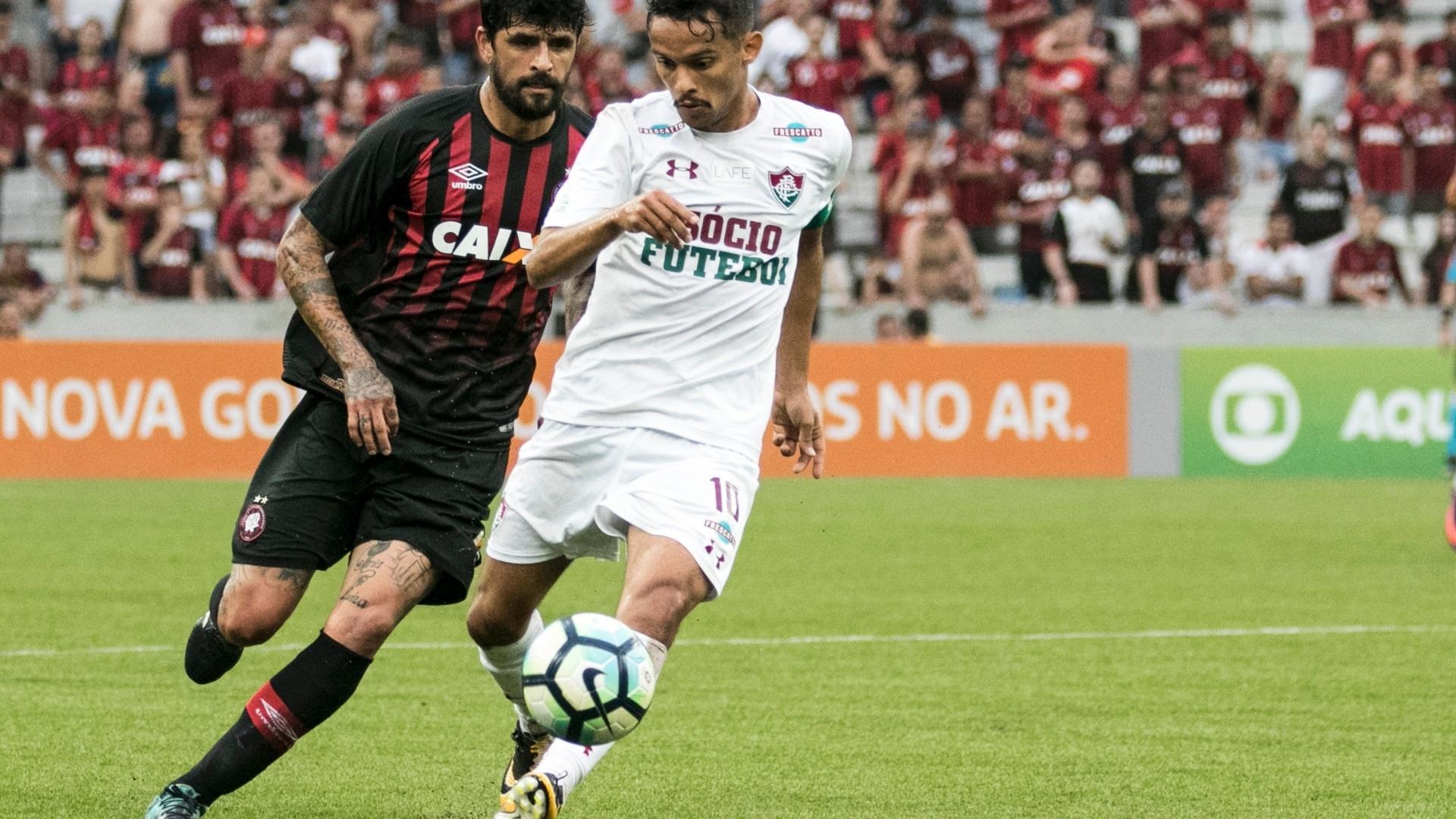 Lucho González e Gustavo Scarpa em ação durante Atlético-PR x Fluminense