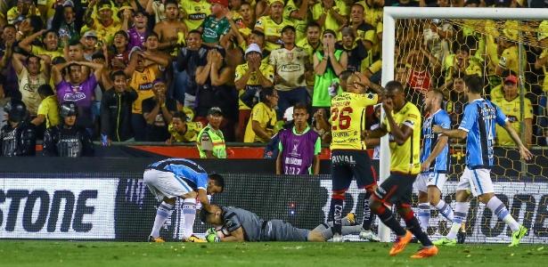 Marcelo Grohe fica no chão após efetuar defesa em Grêmio e Barcelona-EQU - Lucas Uebel/Grêmio