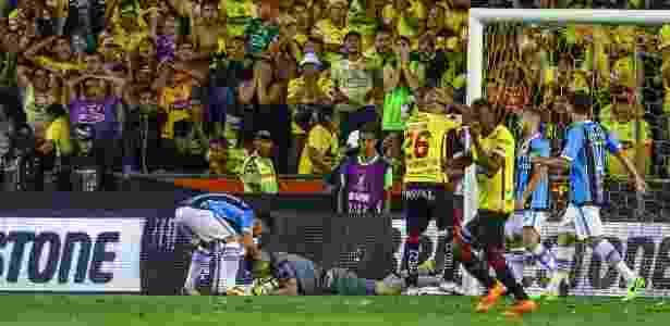 Marcelo Grohe no chão após a defesa já histórica contra o Barcelona, na semifinal - Lucas Uebel/Grêmio