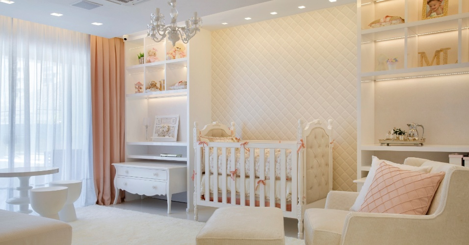 Quarto de bebê da filha mais nova de Alex Teixeira foi idealizado com predominância do branco e com detalhes em bege