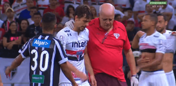 Rodrigo Caio é consolado pelo médico José Sanchez no Castelão