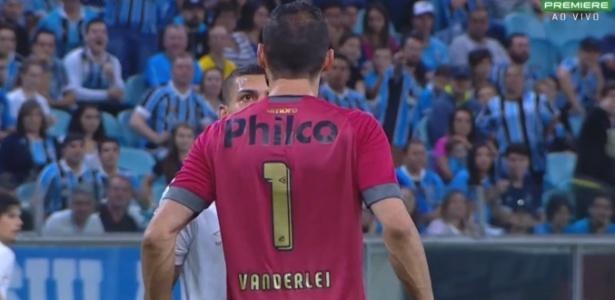 Alisson e Vanderlei discutem durante a derrota do Santos para o Grêmio
