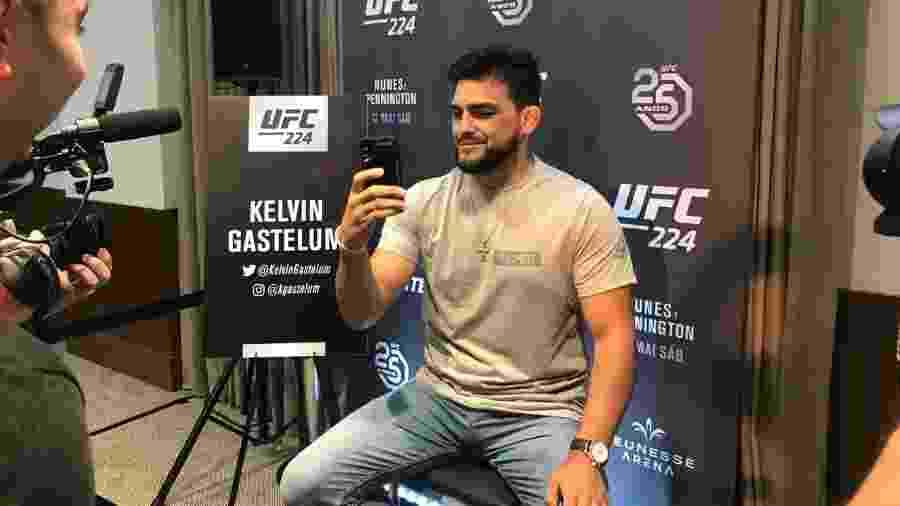 Kelvin Gastelum durante entrevista para o UFC 224  - Bruno Braz/UOL