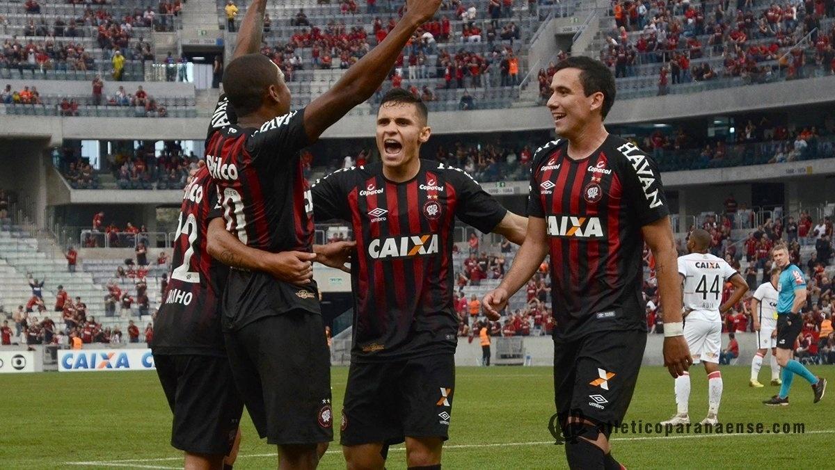 Jogadores do Atlético-PR comemoram gol de Marcelo Cirino contra o Vitória