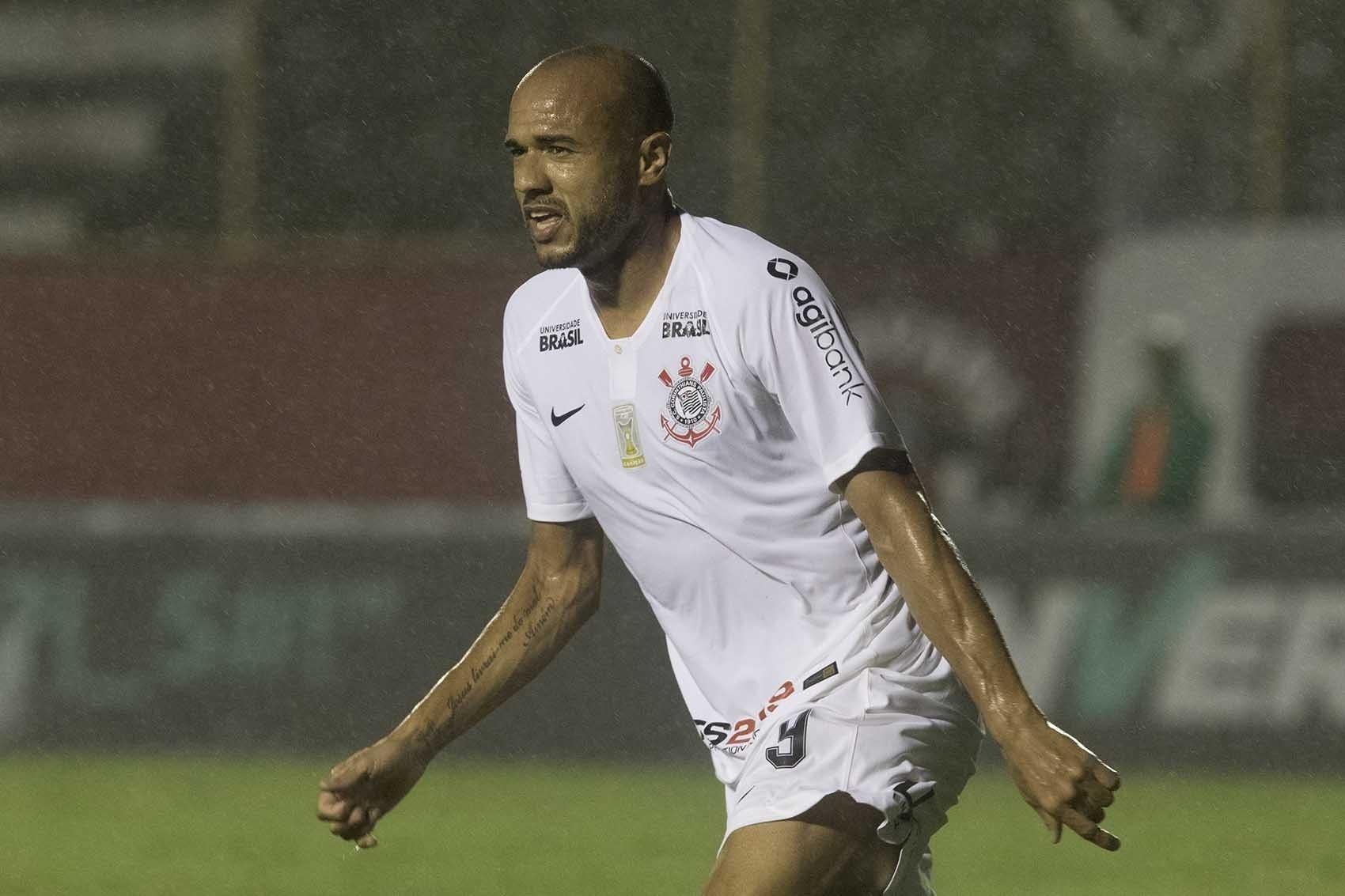 Roger comemora gol marcado pelo Corinthians contra o Vitória