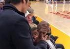 """Pacquiao encontra Mayweather em jogo da NBA e é recebido com """"soquinhos"""" - Reprodução"""