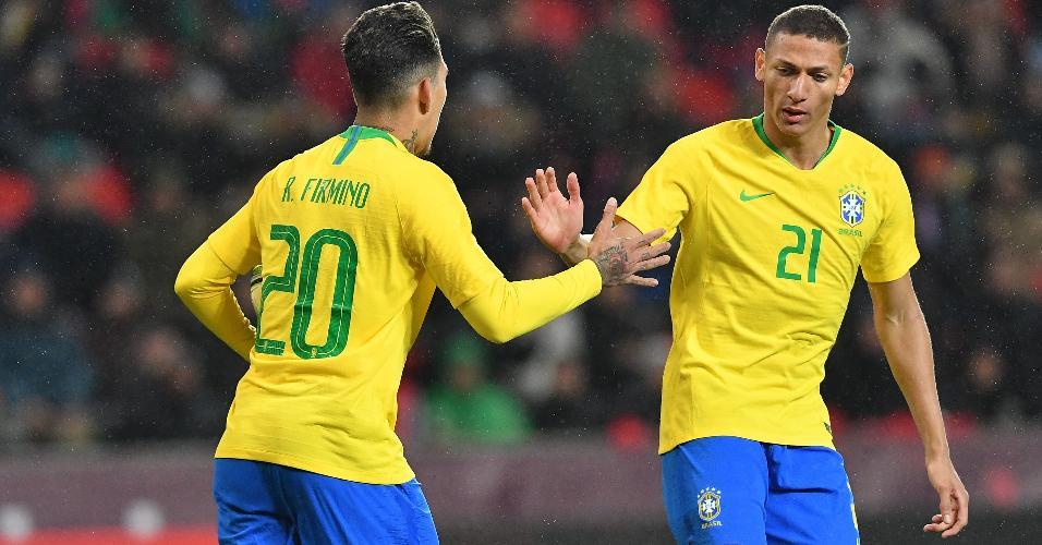 Firmino cumprimenta Richarlison após marcar pela seleção brasileira sobre a República Tcheca