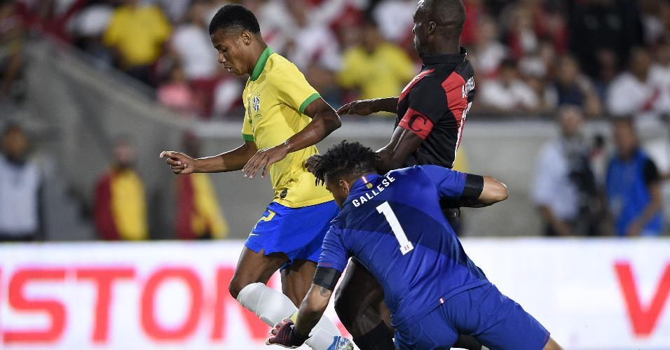 David Neres dribla o goleiro Gallese no amistoso Brasil x Peru