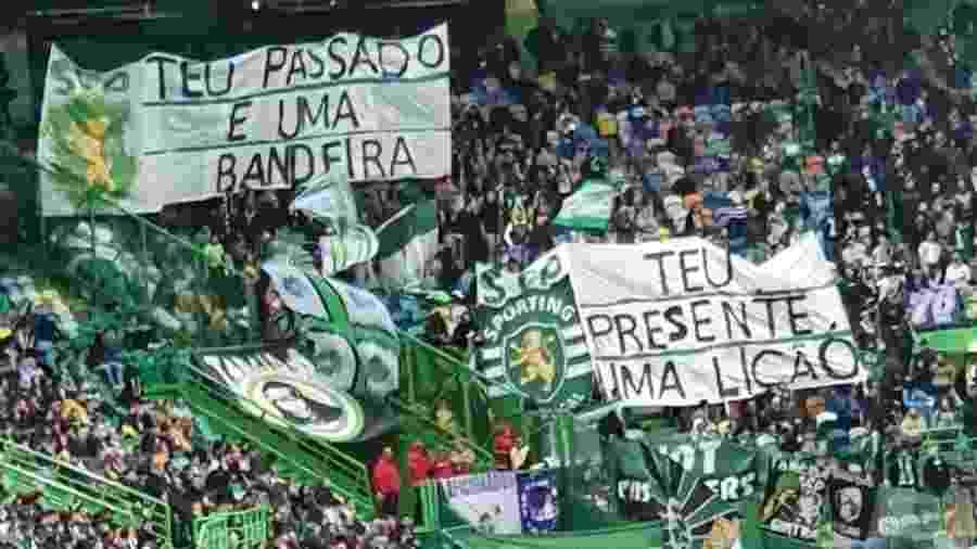 Torcedores do Sporting mostram faixas com frases contidas no hino do Corinthians - Divulgação/Torcida Verde