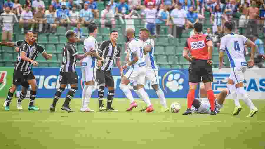 Patrick, do Figueirense, disputa lance com Bruno Silva, do Avai - Pierre Rosa/AGIF