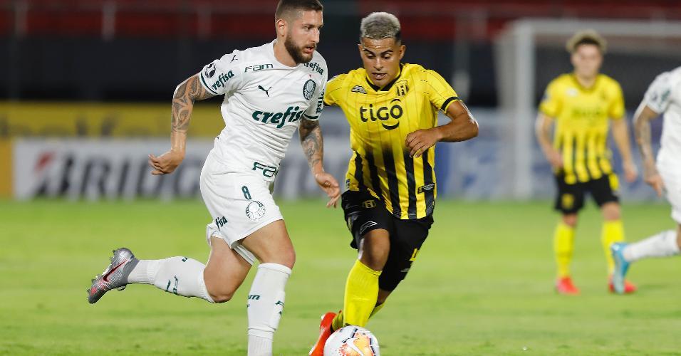 Ze Rafael e Miguel Benitez disputam bola durante a partida entre Guarani x Palmeiras pela Libertadores