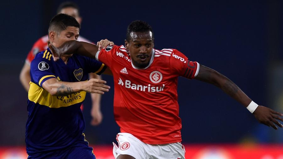 Edenílson tenta fugir da marcação de Buffarini em Boca Juniors x Internacional pela Copa Libertadores - Marcelo Endelli/Getty Images