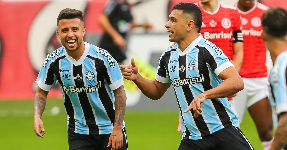 INTERNACIONAL X GREMIO - Diego Souza, do Grêmio, comemora seu gol com Matheus Henrique partida contra o Internacional no estadio Beira-Rio pelo campeonato Gaúcho 2021