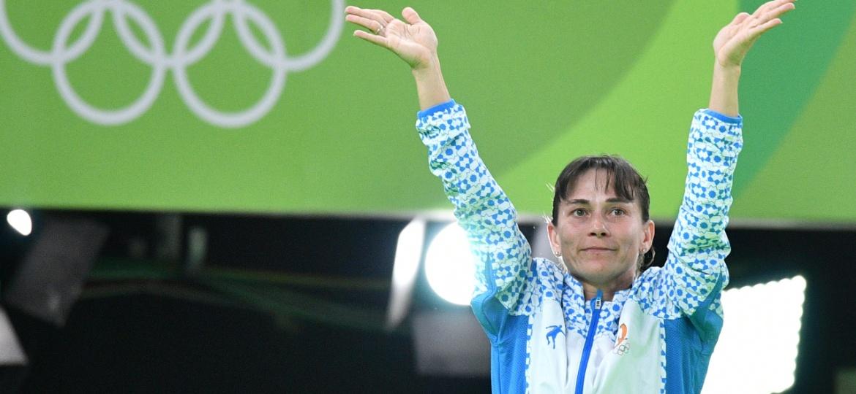 Oksana Chusovitina agradecendo ao público depois de competir na Olimpíada do Rio, em 2016 - Lukas Schulze/Getty Images