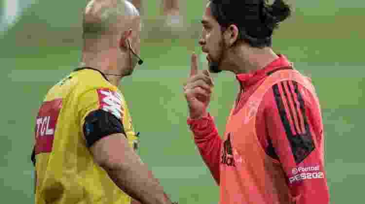 Benítez reclama com Jean Pierre Gonçalves Lima após a expulsão diante do Athletico  - Robson Mafra/AGIF - Robson Mafra/AGIF