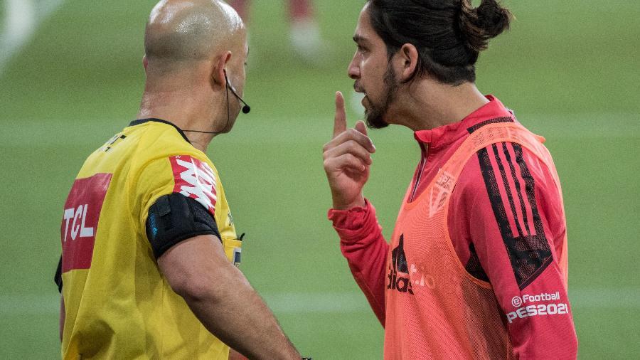 Benítez reclama com Jean Pierre Gonçalves Lima após a expulsão diante do Athletico  - Robson Mafra/AGIF