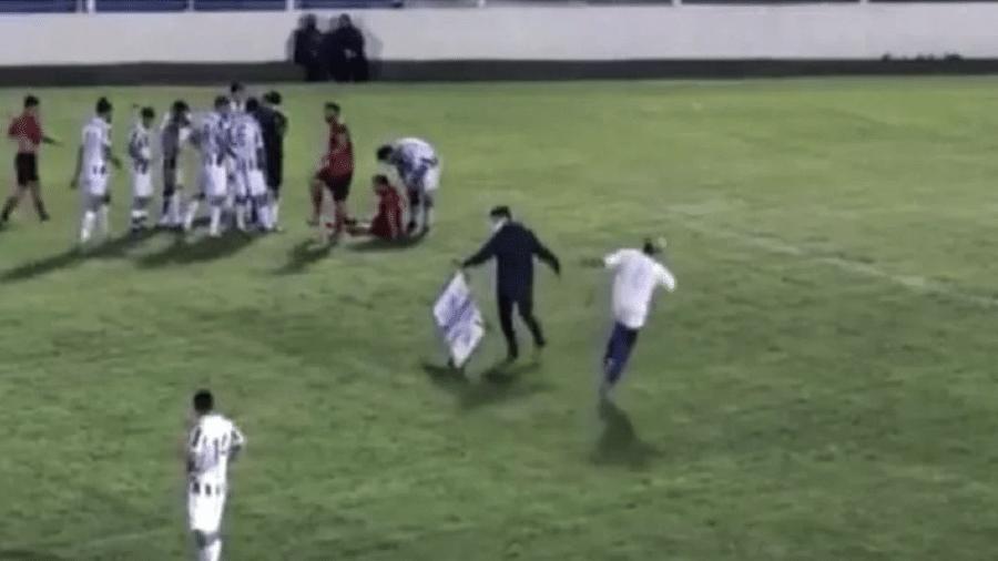 Maqueiro fse lesionar ao entrar em campo para socorrer jogador - Reprodução