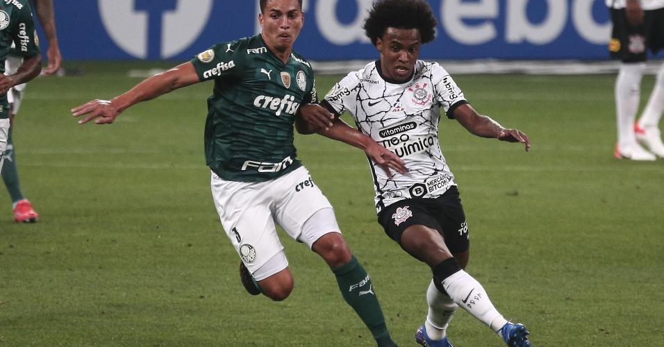Corintiano Willian disputa lance com Renan no clássico contra o Palmeiras, na Neo Química Arena, pelo Brasileirão 2021