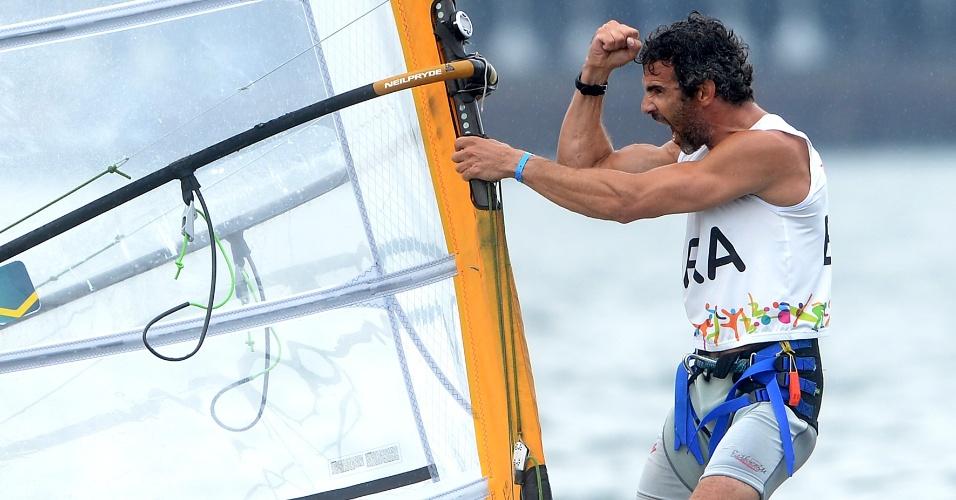Ricardo Winicki, o Bimba, comemora durante a regata da vela, categoria RS:X. Brasileiro chegou na segunda, quarta e segunda colocação, nas três regatas desta sexta-feira