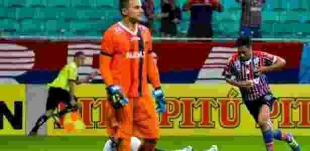 Hernane (dir.) comemora primeiro gol do Bahia sobre o Oeste - Jéssica Santana/Bahia