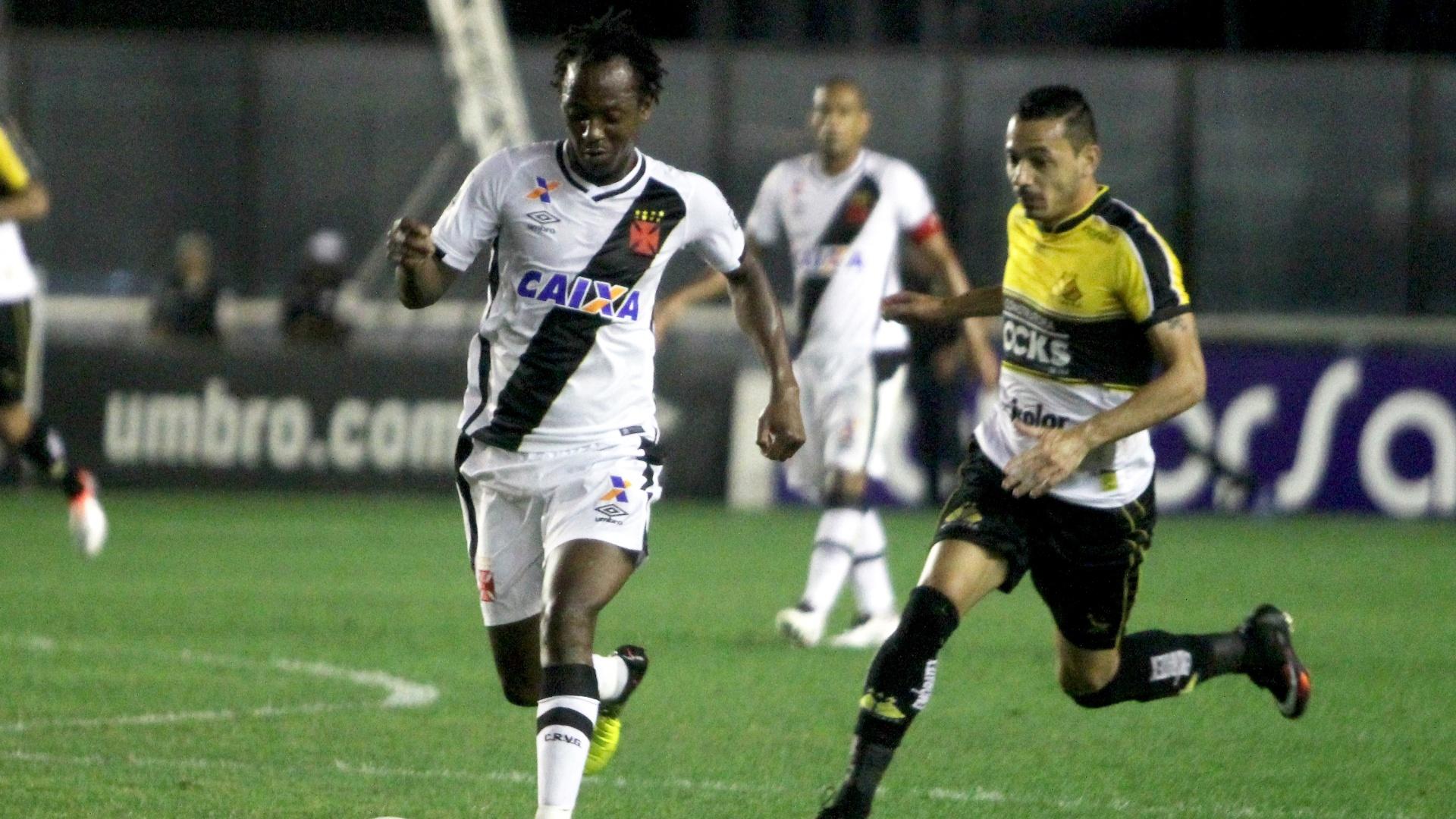 Andrezinho busca arrancada na partida Vasco x Criciúma em São Januário