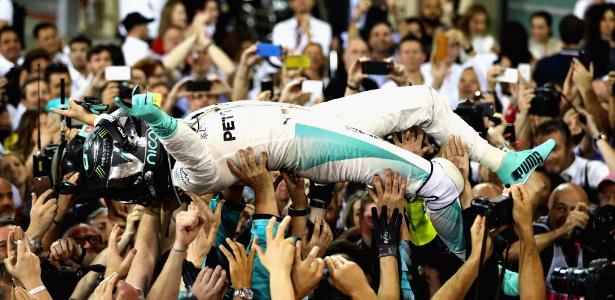 Nico Rosberg é carregado por integrantes da equipe após a conquista do título mundial - Clive Mason/Getty Images