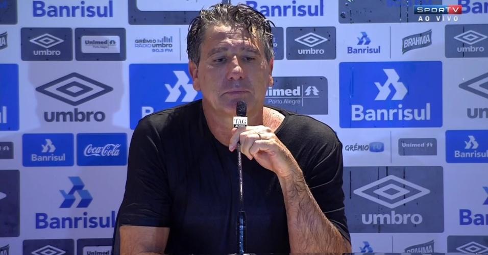 Renato Gaúcho dá entrevista coletiva molhado após levar banho dos jogadores do Grêmio