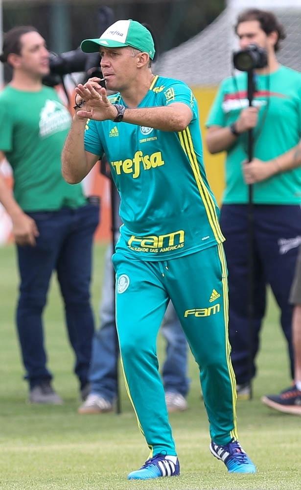 Eduardo Baptista comanda treino no Palmeiras