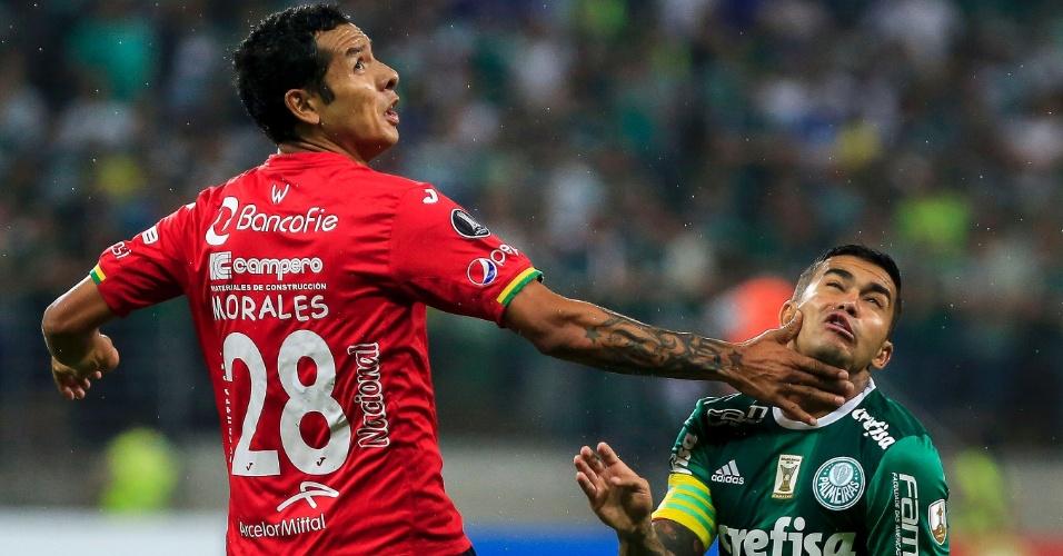 Dudu é parado por Morales durante jogo do Palmeiras contra o Jorge Wilstermann, no Allianz Parque