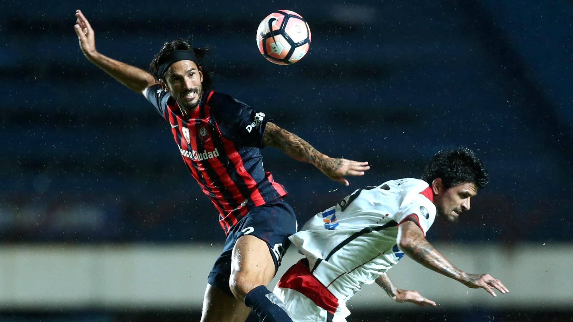Lucho Gonzalez (à dir), do Atlético-PR, disputa a bola com Pedro Bidegain, do San Lorenzo