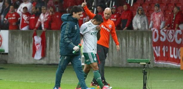 Dudu, do Palmeiras, deixa o campo após sentir lesão no duelo contra o Inter